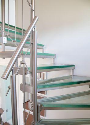 Moderne Glastreppe mit Geländer